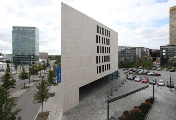 Novotel Kirchberg - Luxembourg Suspentes pour parois en béton architectonique © Bohumil Kostohryz